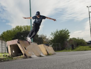 Bs5-0toFakie-Barrier